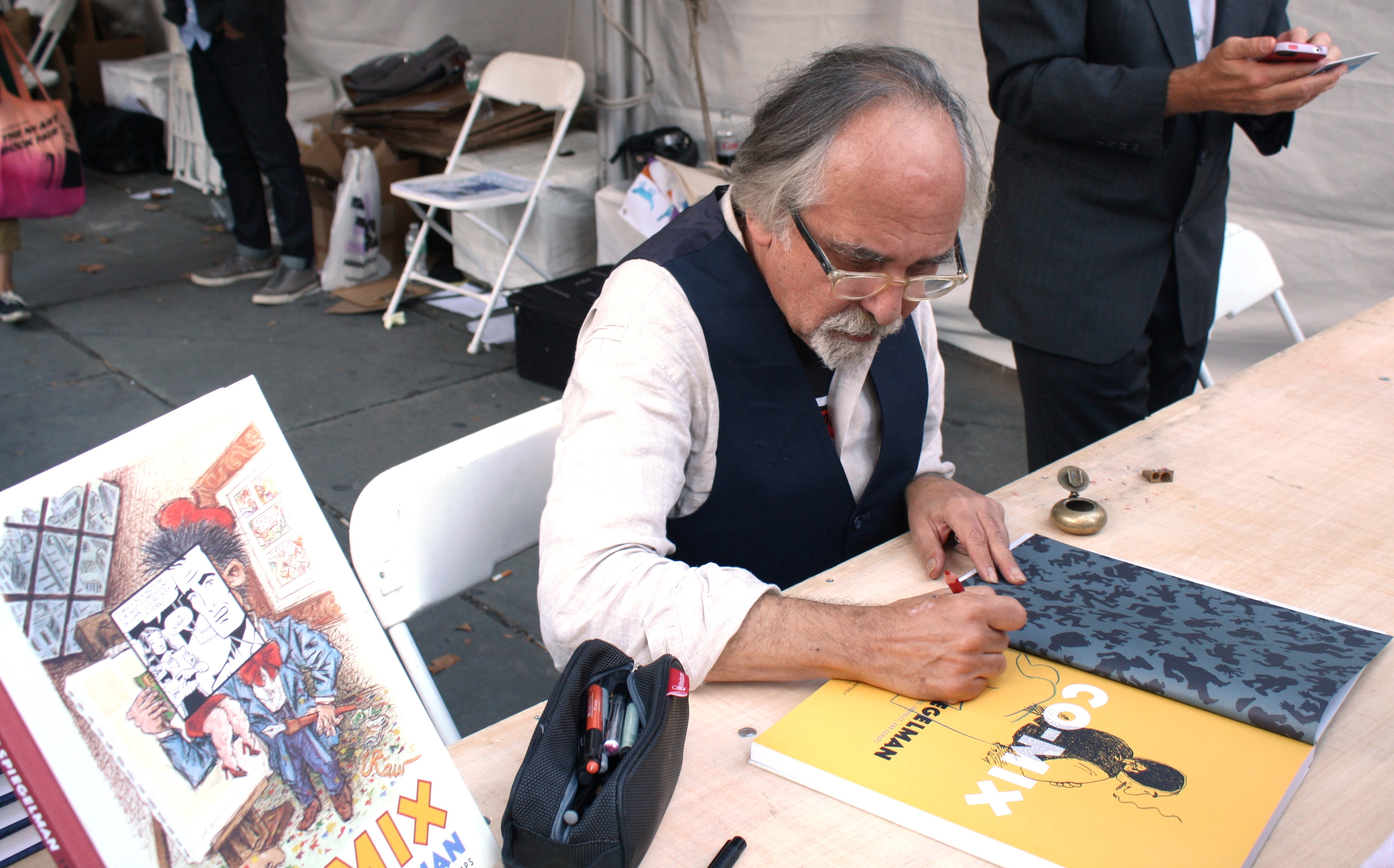 Art Spiegelman signs books. (Photos: Saranya Kapur)