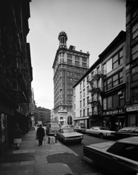 Looking south on Orchard Street at Jarmulowsky's Bank. (Photograph by Edmund V. Gillon. From the Collections of the Museum of the City of New York)